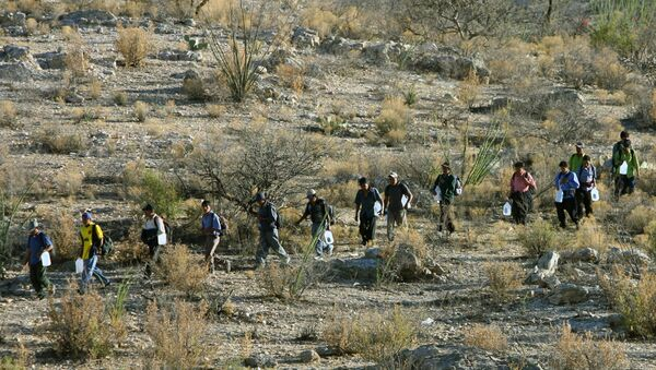 Mexican immigrants walk in line through the Arizona desert near Sasabe, Sonora state, in an attempt to illegally cross the Mexican-US border - Sputnik International