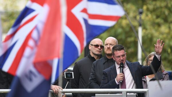 Stephen Yaxley-Lennon (R), AKA Tommy Robinson, founder and former leader of the anti-Islam English Defence League (EDL), addresses supporters outside the Old Bailey, London's Central Criminal Court, in central London on October 23, 2018, after a case in which he is charged with contempt of court was referred to the attorney general. - Sputnik International
