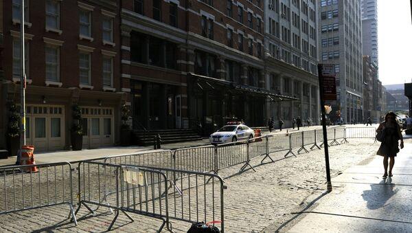 A woman walks past the townhouse (L) in the Tribeca area of Manhattan (File) - Sputnik International