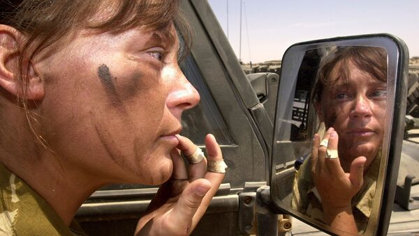 Senior Aircrafts Women Chantelle Robins, 21, from Yelverton, based with First Squadron Royal Air force Regiment at RAF St. Mawgan, UK, puts on combat make-up in Oman 29 September 2001 - Sputnik International