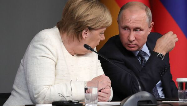 Russian President Vladimir Putin and German Chancellor Angela Merkel during a press conference following the Russia-France-Germany-Turkey summit on Syria in Istanbul on October 27, 2018. - Sputnik International