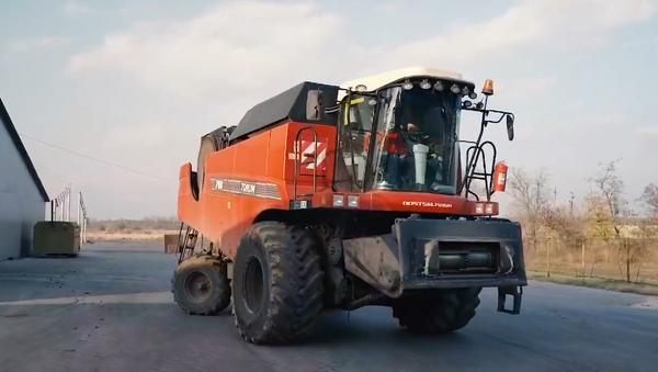 Russian Self-Driving Combine Harvester - Sputnik International