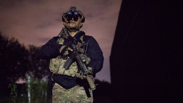 An agent with the U.S. Border Patrol Tactical Unit guards the U.S. side of the border wall with Mexico in Brownsville, Texas, U.S. - Sputnik International