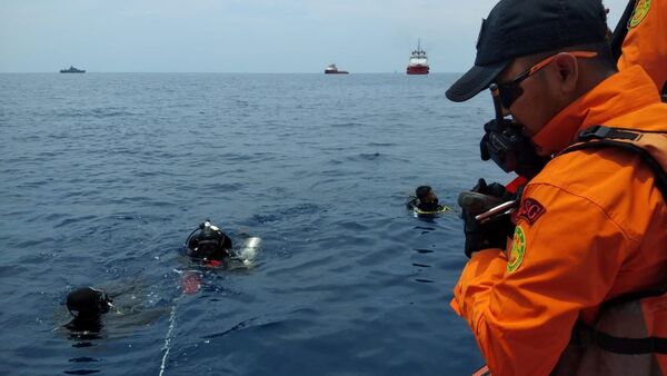 Rescue workers are seen at the site where it is believed the Lion Air flight JT610 crashed, that took off from Jakarta and crashed into the sea, Indonesia October 29, 2018 in this image obtained from social media - Sputnik International