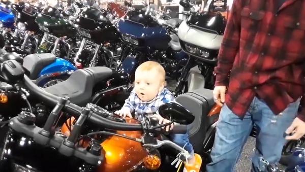 Motorcycle-Loving Tyke Gets Psyched Over Bike's Engine - Sputnik International