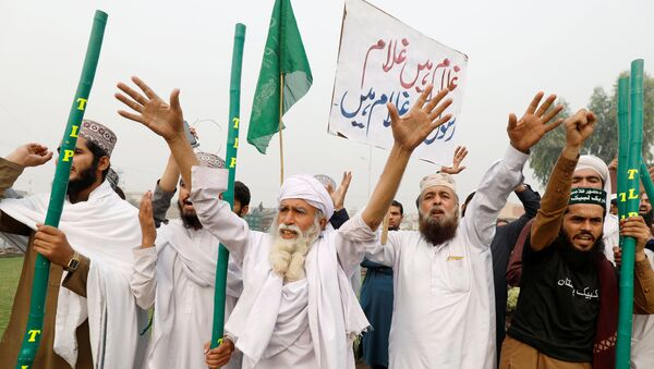 Supporters of the Tehrik-e-Labaik Pakistan, Islamist political party chant slogans, during a protest in Peshawar - Sputnik International