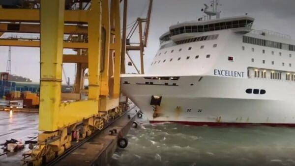 Spain: Fire erupts as passenger ferry collides with crane in Barcelona - Sputnik International
