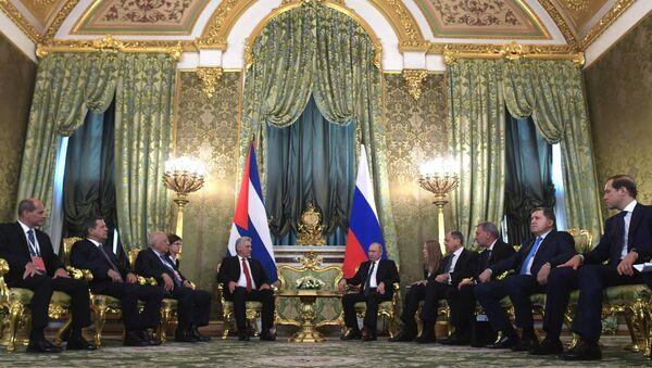 Президент РФ В. Путин встретился с председателем Госсовета Кубы М. Диас-Канелем Бермудесом - Sputnik International