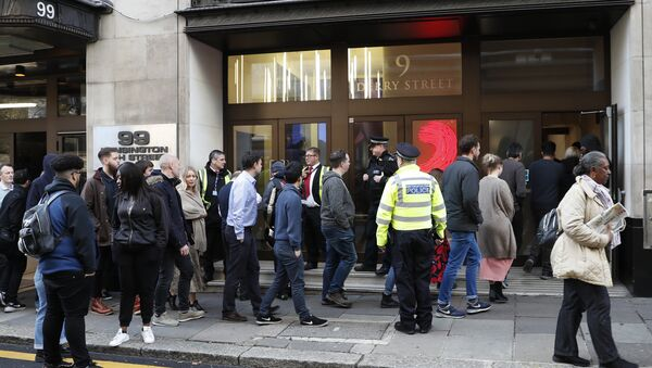 Police officers and security watch as people re-enter a building after a stabbing incident in central London, Friday, Nov. 2, 2018 - Sputnik International