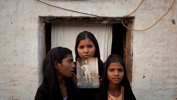 The daughters of Pakistani Christian woman Asia Bibi pose with an image of their mother while standing outside their residence in Sheikhupura located in Pakistan's Punjab Province (File) - Sputnik International