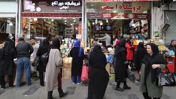 Iranians shop at the grand bazar in the capital Tehran on November 3, 2018 - Sputnik International