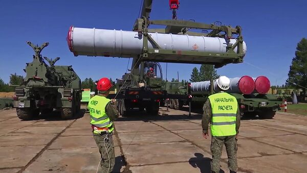 Military personel load missile into S-300 air defense missile system during exercises of the Air Defence Forces, as part of Vostok-2018 (East-2018) military drills, in Chukotka Region, Russia, September 12, 2018 - Sputnik International