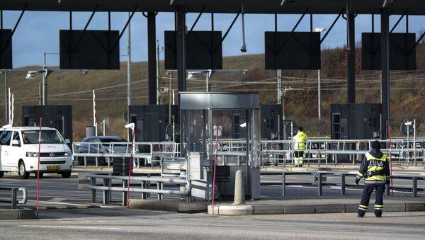 Cars arrive from Denmark to the toll and customs station at Lernacken on the Swedish side of the Oresund strait Thursday Nov. 12, 2015 - Sputnik International