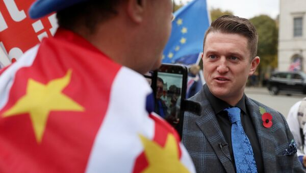 Tommy Robinson speaks to an anti-Brexit demonstrator outside the Houses of Parliament in London, Britain, November 6, 2018 - Sputnik International