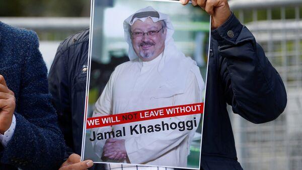 Activista con la foto del periodista desaparecido, Jamal Khashoggi - Sputnik International