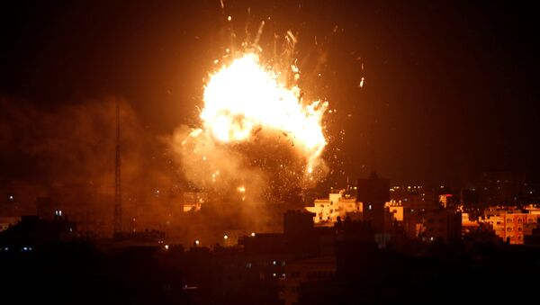 An explosion is seen during an Israeli air strike on Hamas's television station, in Gaza City November 12, 2018. - Sputnik International