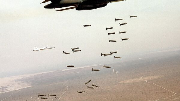 US B1 bomber dropping cluster bombs. - Sputnik International