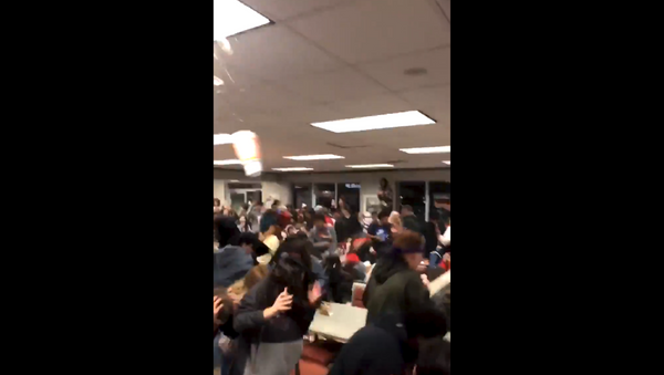 US high school students set off food fight following football game - Sputnik International