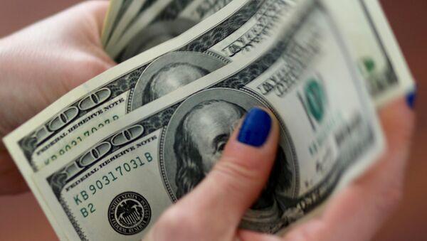 A woman counts U.S. dollar bills (File) - Sputnik International