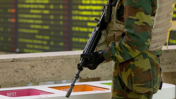 A Belgian Army soldier patrols in the central train station in Brussels on Monday, Nov. 23, 2015. - Sputnik International