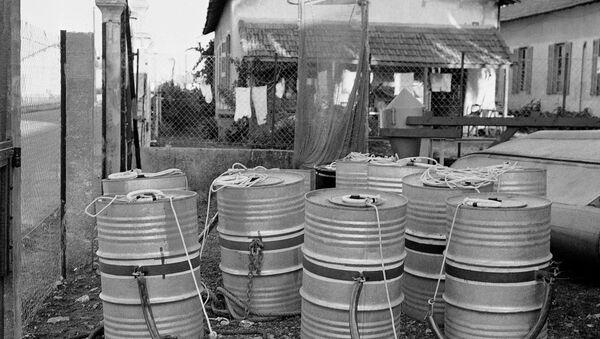 Ten tightly sealed drums filled with radioactive waste - Sputnik International
