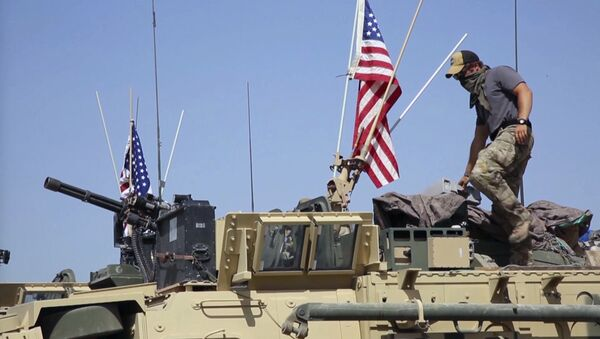 American soldier standing on an armored vehicle - Sputnik International
