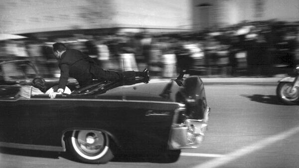 Лимузин со смертельно раненным президентом Джоном Кеннеди отправляется в больницу после того, как в него стреляли в Далласе, США - Sputnik International