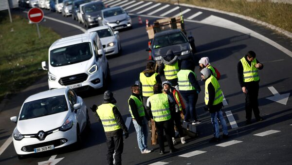 Protesters wearing yellow vests, a symbol of a French drivers' protest against higher fuel prices, attend a demonstration at the entrance of a shopping center in Nantes, France, November 19, 2018 - Sputnik International