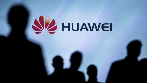 Journalists follow the presentation of a Huawei smartphone ahead of the IFA Electronics show in Berlin, Germany, September 2, 2015 - Sputnik International