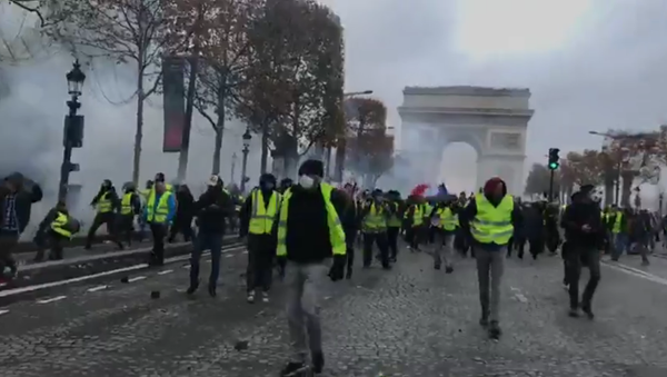 Yellow vests mass protests against the rise in fuel prices in the French capital of Paris - Sputnik International