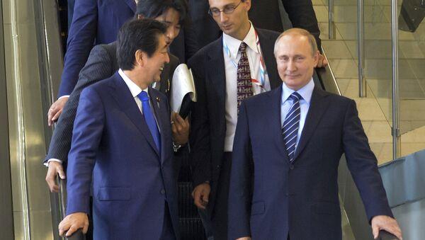 Japanese Prime Minister Shinzo Abe, left, and Russian President Vladimir Putin come down on the escalator after their talks in Vladivostok, Russia, Friday, Sept. 2, 2016 - Sputnik International