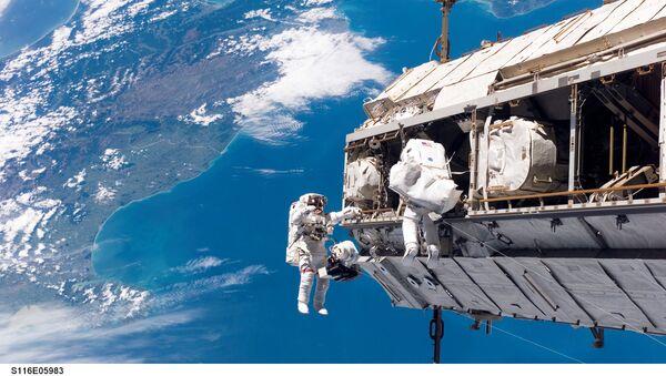 ISS astronauts adjust truss above New Zealand - Sputnik International