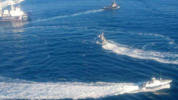 Ukrainian naval ships violating Russian maritime border, Photo: Crimea's FSB Press Service - Sputnik International