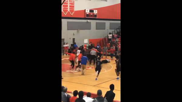 Massive brawl breaks out at US high school basketball tournament, causing several school officials and local law enforcement personnel to jump in and squash the fracas - Sputnik International