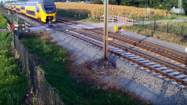 Look Both Ways! Dutch Cyclist Nearly Meets Demise by Double Decker Train - Sputnik International