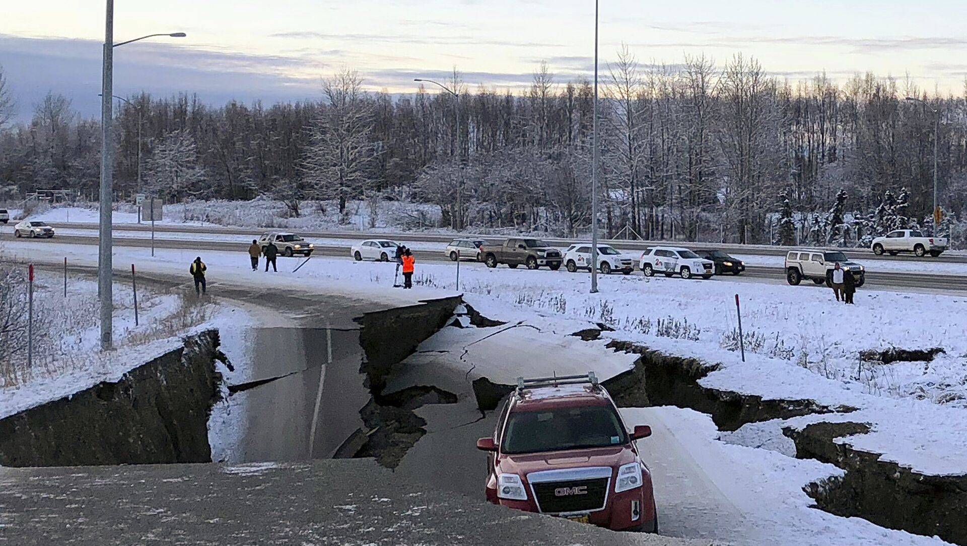 A car is trapped on a collapsed section of the offramp of Minnesota Drive in Anchorage, Friday, Nov. 30, 2018. - Sputnik International, 1920, 29.07.2021