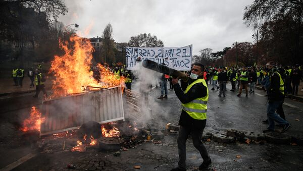 Protesters build a barricade during a protest of Yellow vests (Gilets jaunes) against rising oil prices and living costs, on December 1, 2018 in Paris - Sputnik International