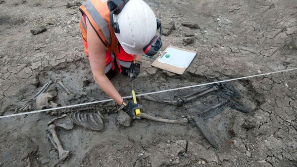 A 500-year-old skeleton was recently discovered by archaeologists in the mud under London's River Thames wearing intact thigh-high leather footwear - Sputnik International