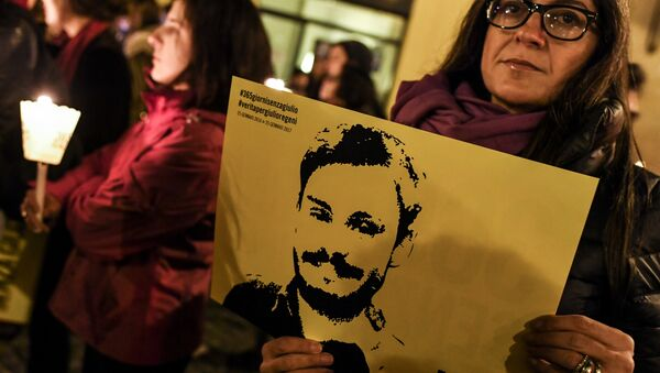 A woman holds up a picture of Giulio Regeni during a protest outside the Italian Parliament in Rome in 2017 - Sputnik International