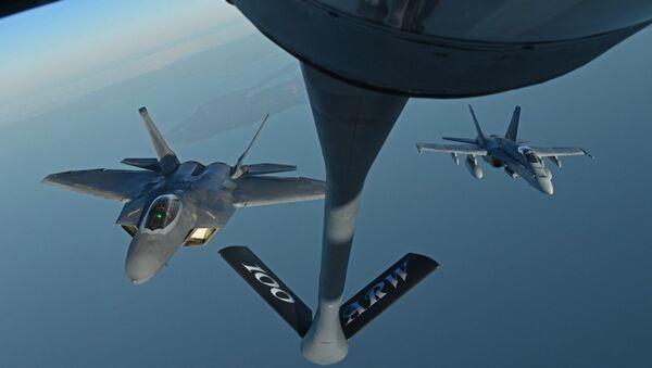 Air Refueling with F-22, F-18 - Sputnik International