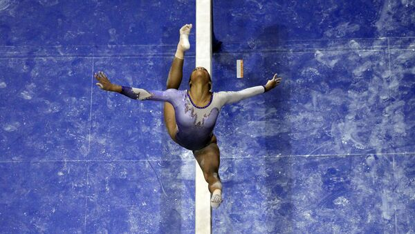 Gabby Douglas competes on the balance beam - Sputnik International