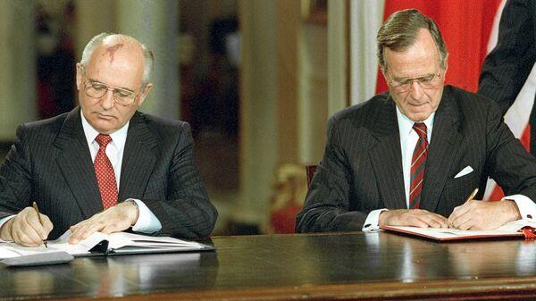 Soviet President Mikhail Gorbachev, left, and U.S. President George Bush signing bilateral documents during Gorbachev's official visit to the United States - Sputnik International