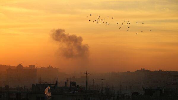 Smoke billows from a rebel-held area of Daraa - Sputnik International