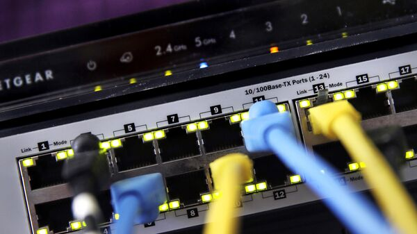"""In this June 19, 2018, file photo a router and internet switch are displayed in East Derry, N.H. Net neutrality traces back to an engineering maxim called the """"end-to-end principle,"""" a self-regulating network that put control in the hands of end users rather than a central authority - Sputnik International"""
