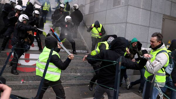 Demonstrators clash with police during the yellow vests protest against higher fuel prices, in Brussels, Belgium, December 8, 2018 - Sputnik International