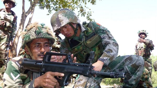 Indian soldier, left, tries a Chinese weapon during a training session (File) - Sputnik International