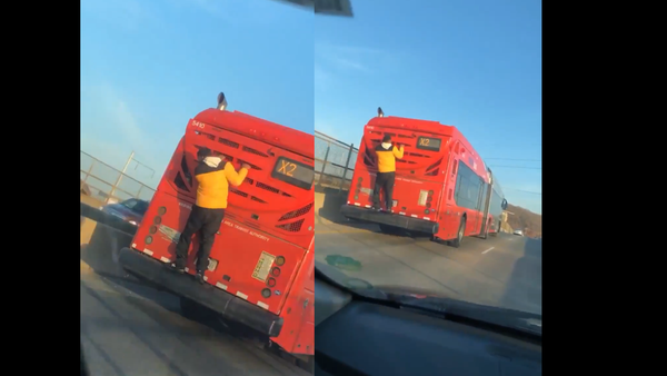'Only in DC': Teen Spotted Clinging to Bus Chugging Through US Capital - Sputnik International