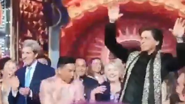 John Kerry and Hillary Clinton are spotted dancing with Shah Rukh Khan at Isha Ambani's pre-wedding bash in Udaipur - Sputnik International