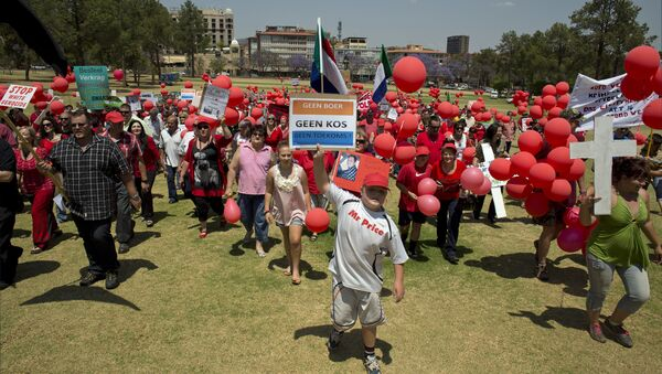 Some of the 400 White South Africans, holding placards reading No Farmer, No Food, No Future, march to protest the violent murder of farmers, which they term 'genocide', and 'oppressive' state policies in favour of Blacks in Pretoria on October 10, 2013 - Sputnik International