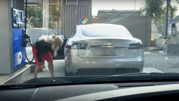 Blonde, Tesla and Gas Station? - Sputnik International
